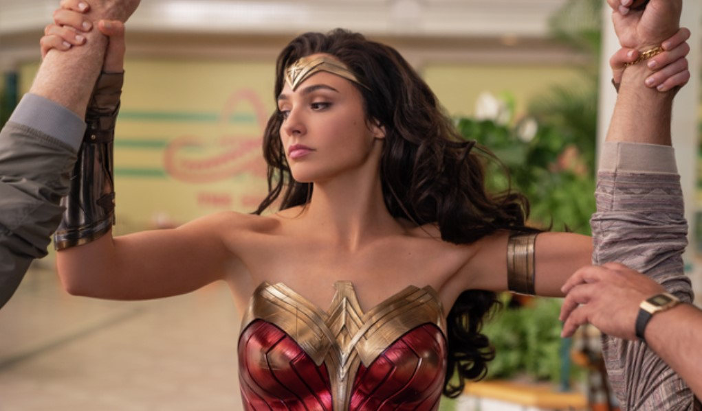 Gal Gadot apprehends criminals in Wonder Woman 1984